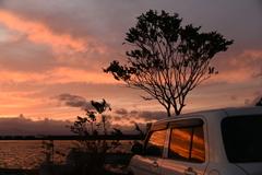港の駐車場の夕景