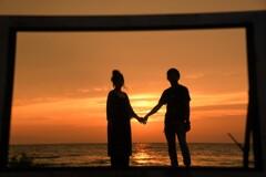繫いだ手に夕陽が光る