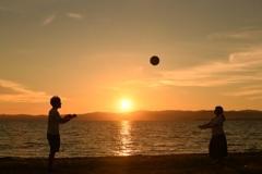 沈む夕陽とバスケットボール