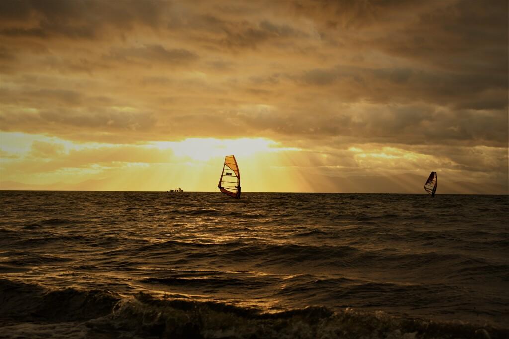 荒れた波と光芒