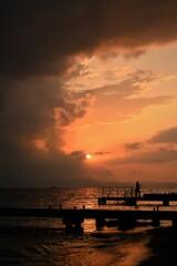 釣り人のいる夕景(縦)