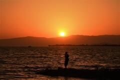 夕焼けの湖に祈る