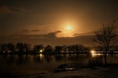 月の光と人工の光の不思議