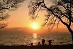 幸せは湖岸の砂の中