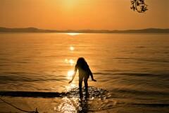 湖辺の少女