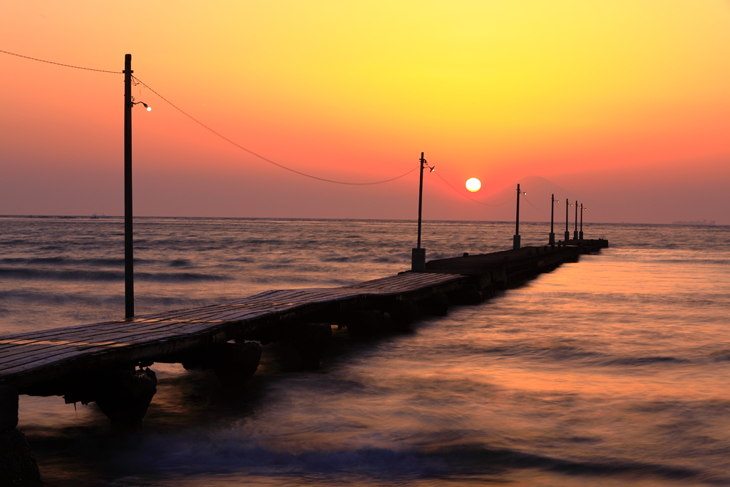 原岡海岸 桟橋と夕焼と富士