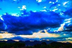 重苦しい雲に覆われて上は冬晴れ (山口県 萩市)