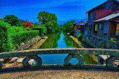平安橋の欄干と川沿いの情景 (山口県萩市)
