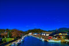 運河の上に広がる紺碧の空 (山口県萩市)