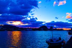 西陽射す松本川と冬の雲 (山口県 萩市)