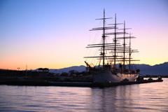 朝日に染まる帆船