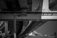 高速下の街灯