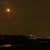 多摩川の川面を赤く照らす月光