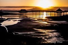 日の出に浮かぶ舞橋