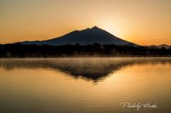 朝靄の水面