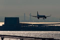 冬の羽田空港と換気塔