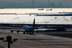 冬の羽田空港と船