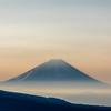 朝陽を浴びる富士山