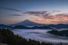 雲海と夜明けの富士