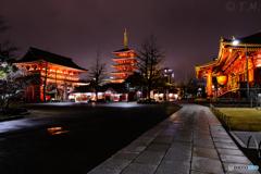 静かな夜の浅草寺