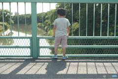 川の流れを覗く息子
