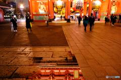 賑わう夜の浅草寺
