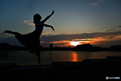 女性と夕日