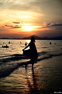 日暮れの砂浜で