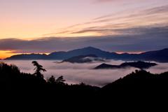 厚い雲に遮られ日の出は見えず
