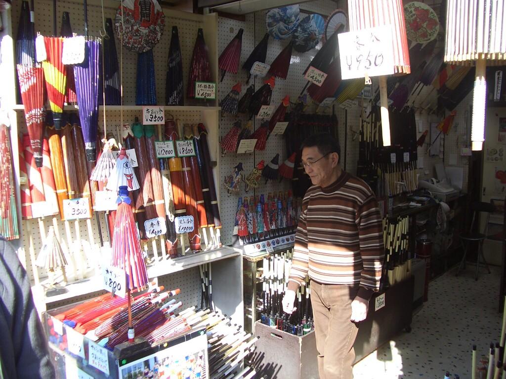 日本のお土産によろこばれる和傘(大橋直久)