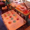 屋台で人気のフルーツ飴(大橋直久)