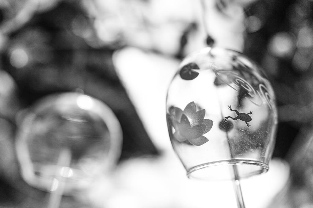蛙飛びこむガラス風鈴