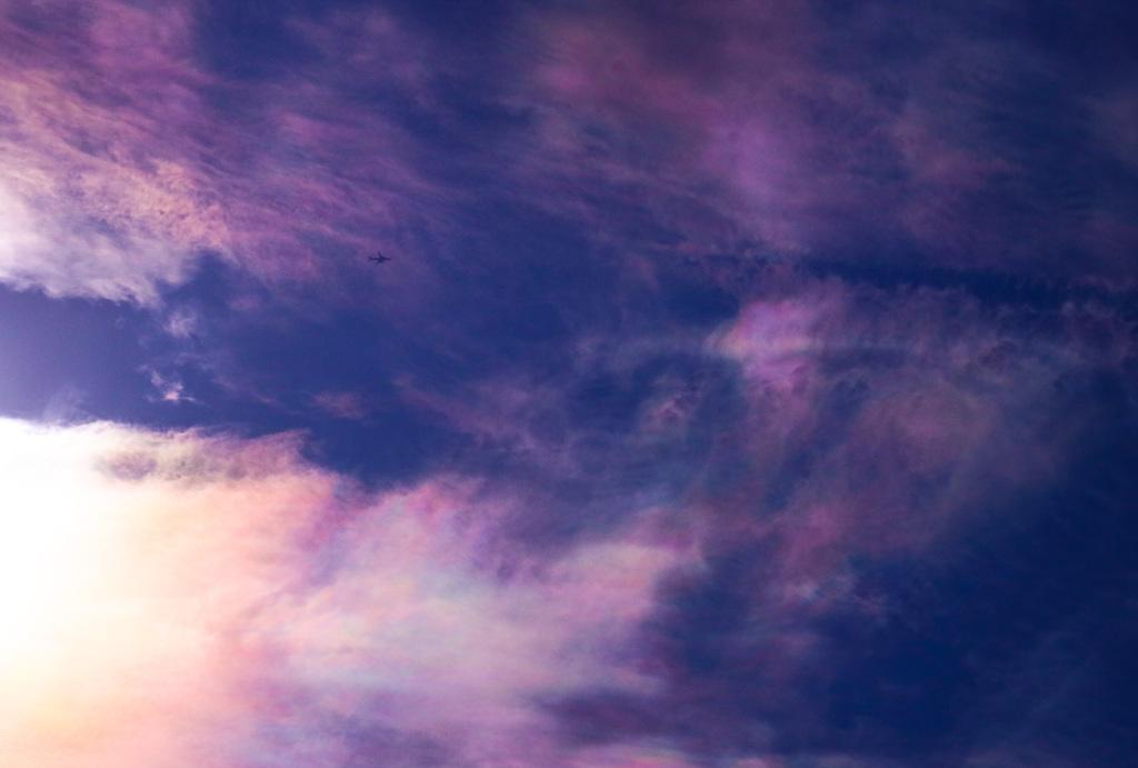 彩雲の中を飛ぶ