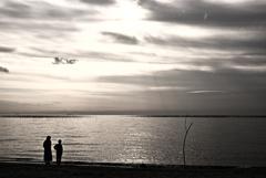 海を眺める母と子