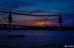 夕暮れ海人の港では