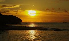 島を染める夕日