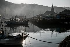 朝霧残る崎津漁港