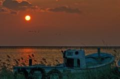 夕陽と廃船 2