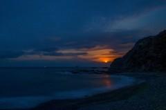 夜明け前の月入り風景 2(天草市の西海岸)