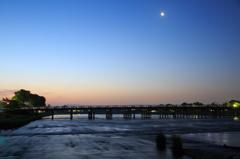 渡月橋の夜明け前