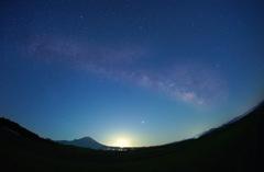 大山に昇る天の川と月の出