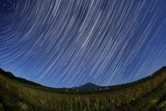 大山に昇る冬の星座の光跡
