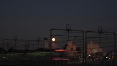 渋谷方面の東急5050系の走行と月