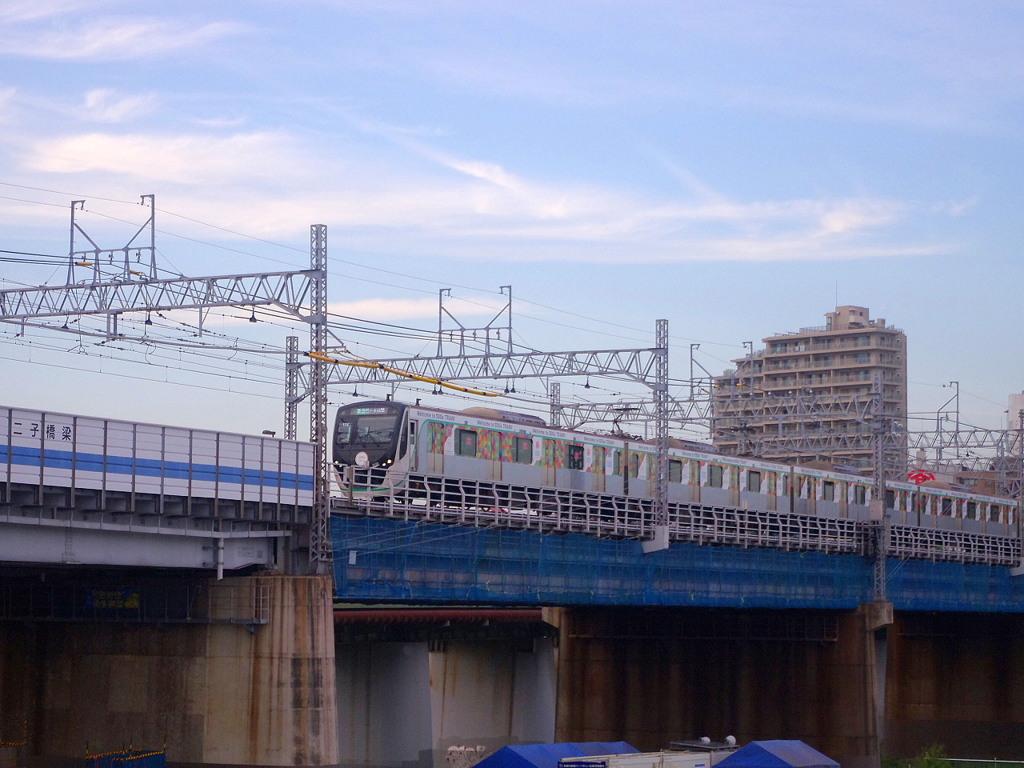オシャレ過ぎる極彩色な電車
