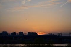 多摩川の流れと夕焼け