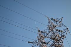 高圧鉄線と月