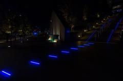 青く光る階段 横から