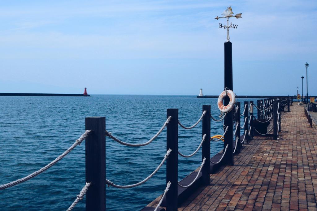 梅雨の晴れ間の港の風景