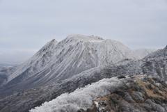 初冠雪の三俣山