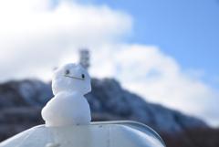 鶴見岳と雪だるま